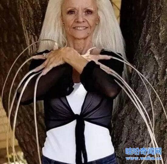 世界上指甲最长的女人李雷德蒙30年留86米指甲被撞断