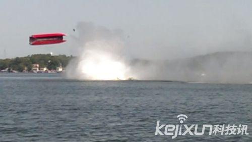 惊魂一刻时速322公里汽艇空中大翻转造成2名船员重伤